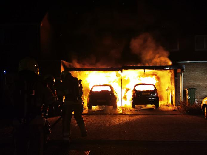 Het vuur bij de overkapping van de woning