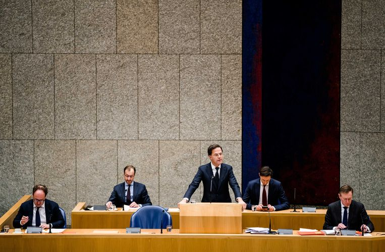 (VLNR) Minister Eric Wiebes van Economische Zaken en Klimaat (VVD), Minister Wouter Koolmees van Sociale Zaken en Werkgelegenheid (D66), Minister Wopke Hoekstra van Financi'n (CDA), Premier Mark Rutte en Minister Bruno Bruins voor Medische Zorg (VVD) tijdens het debat over de ontwikkelingen rondom het coronavirus in de Tweede Kamer.  Beeld ANP