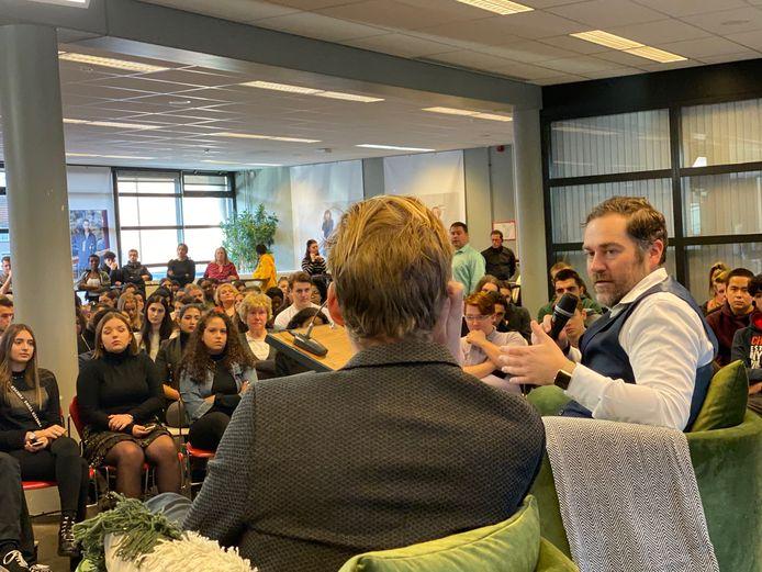 VVD-fractieleider Klaas Dijkhoff in gesprek op het ROC Tilburg. Hij is daar woensdagochtend om met studenten in discussie te gaan over wat vrijheid betekent.