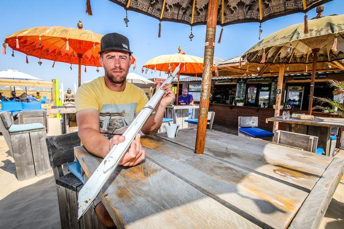 Mike Fraipont van beachbar Musa Dua Beach toont één van de vlijmscherpe piketten waar de relschoppers mee gooiden tussen de strandgangers.