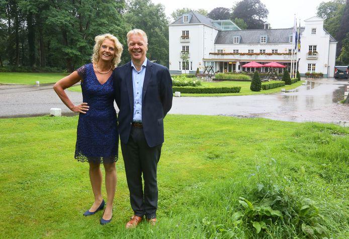 Lammert de Vries, met echtgenote Sjoukje, is bereid van de nood een deugd te maken in Hotel Groot Warnsborn in Arnhem, als de situatie met betrekking tot de coronacrisis daar om vraagt.
