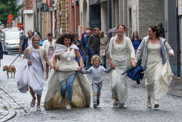 Organisatrice Els Vangeheluwe (met jeans) trok ook haar eigen trouwkleed aan.