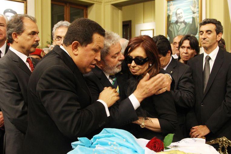 Oktober 2010, wake bij het lichaam van haar overleden man.Links de toenmalige Venezolaanse president Hugo Chavez. Beeld afp