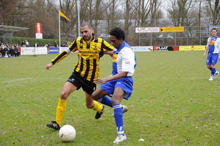 Het duel kon met recht een degradatiewedstrijd worden genoemd. DWV en Elinkwijk staken meer energie in gemekker op de scheidsrechter dan in zuivere passes. Foto John Beckman Beeld