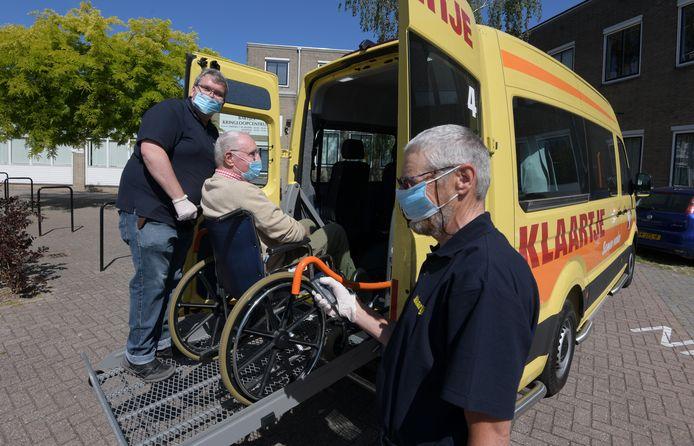 Henk Weijenberg, Jaap Schots en Jos van Zutphen (v.l.n..r) oefenen het instapprotocol in de nieuwe bus.