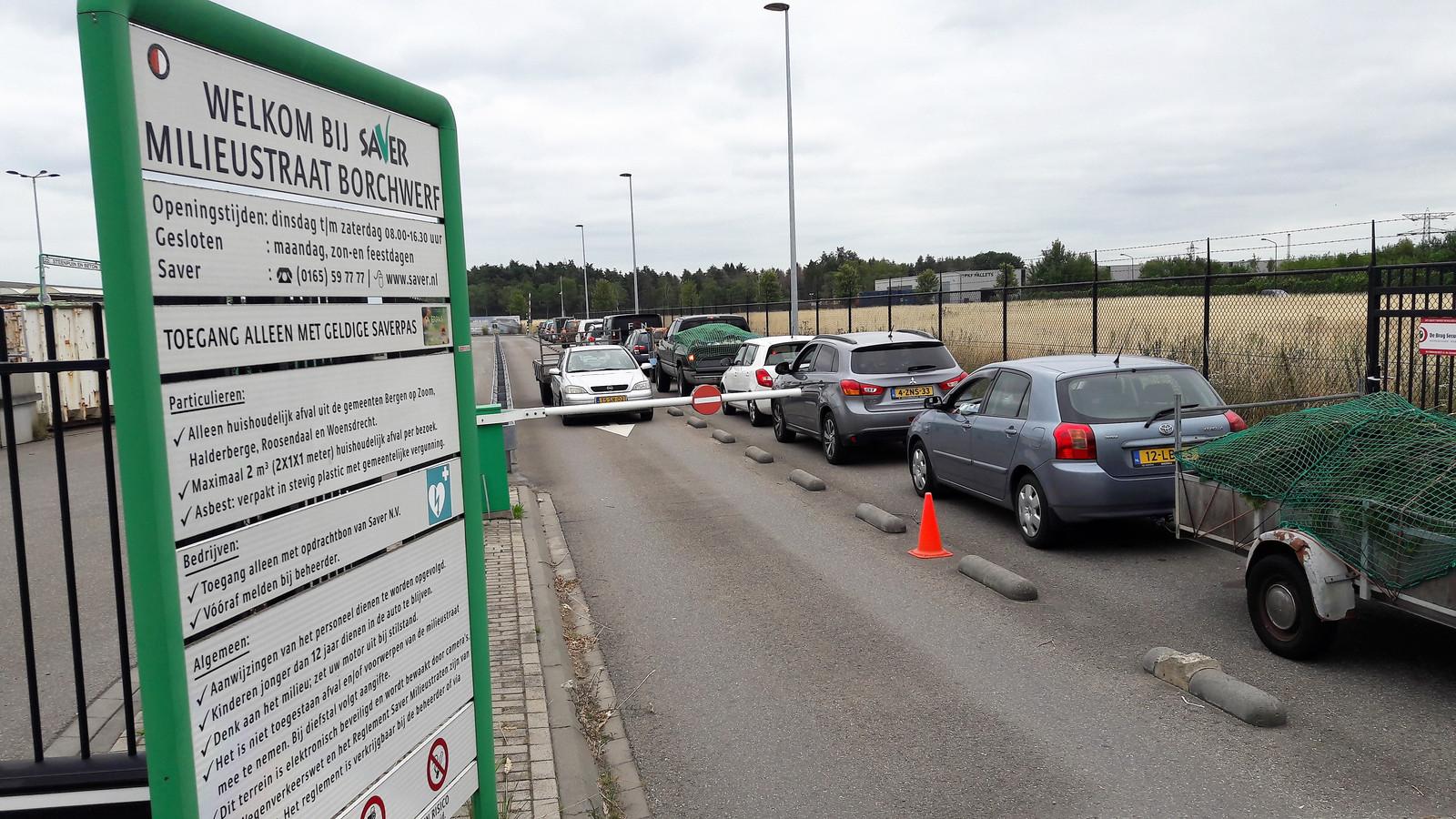 De rij wachtenden bij de Milieustraat is bijna 500 meter lang.