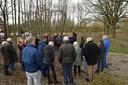 RAAMSDONKSVEER, Boze buurtbewoners luisteren naar de projectleider van de gemeente die uitleg geeften vertelt dat het nog maar om een eerste fase gaat.