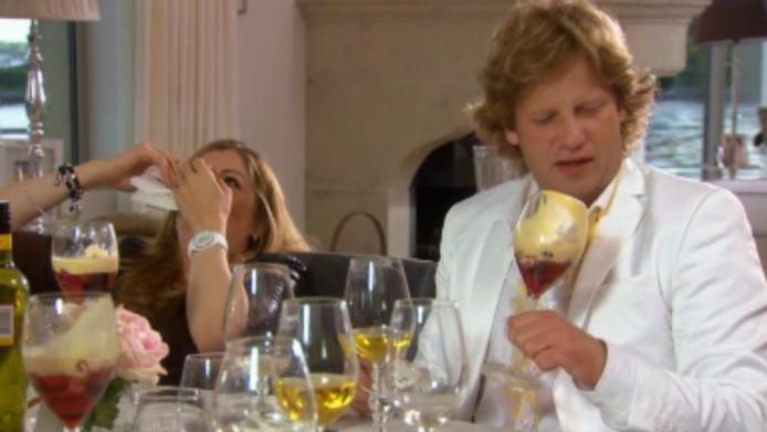 Kelly lacht als Martin (Peter Paul Muller) zijn nieuwe pak vies maakt