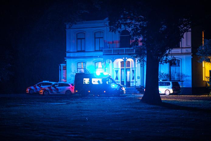Meerdere politiewagens en ambulances kwamen naar de woning
