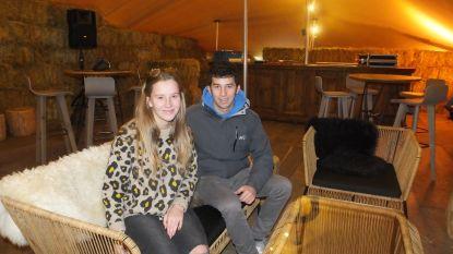 Sander (20) en Younë (21) openen gezellige winterbar in achtertuin