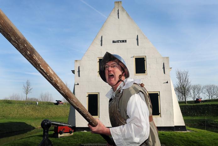 Ad Hoogerwerf als Spaanse piekenier voor Bastion II, dat nu de oudheidkamer van de 1 aprilvereniging is.