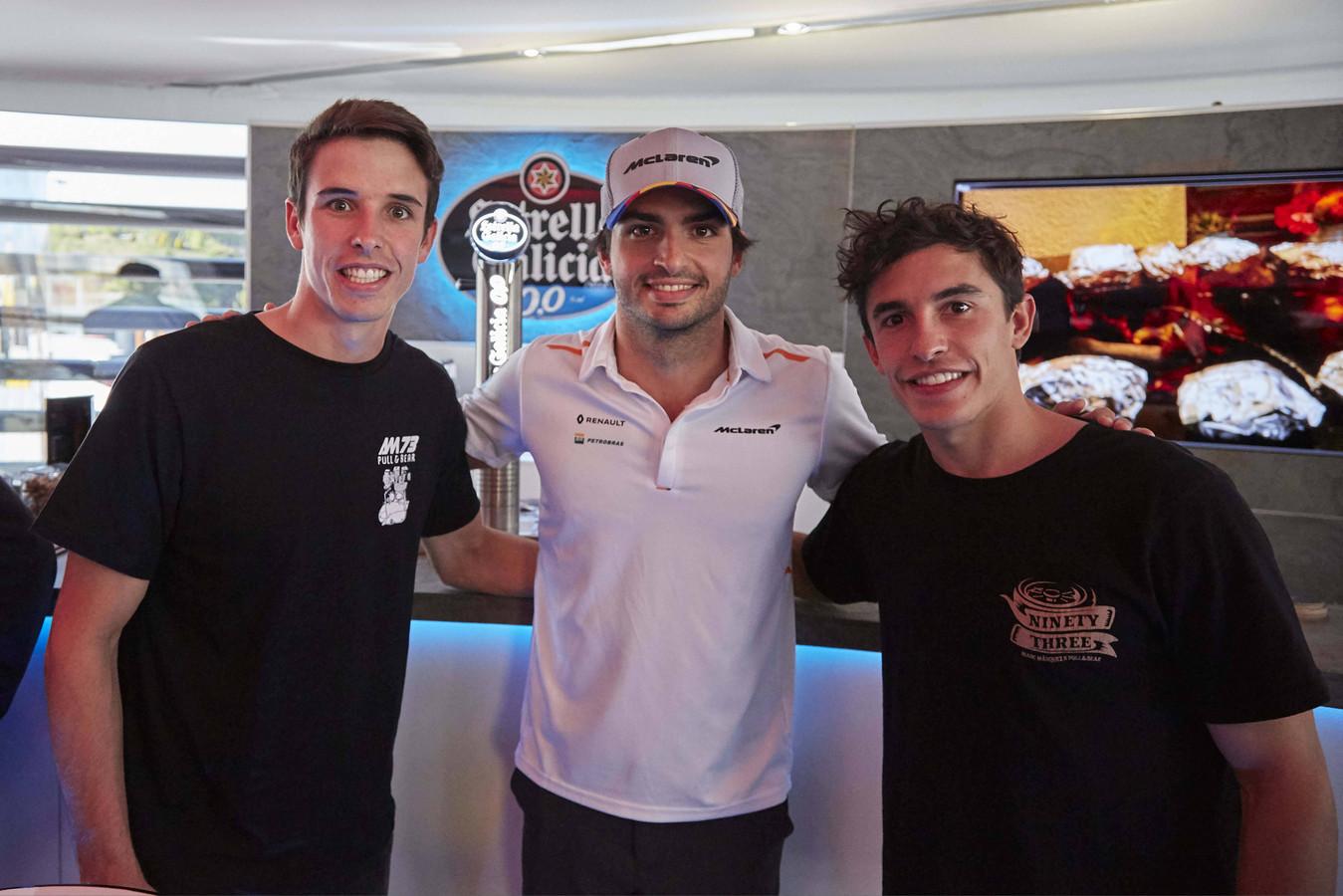 Vlnr: Alex Marquez, F1-coureur Carlos Sainz Jr, en Marc Márquez.