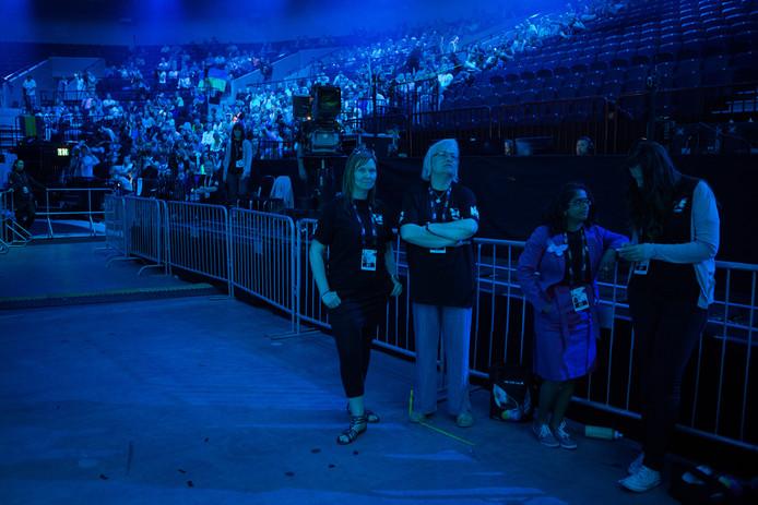 Medewerkers staan in de Malmo Arena tijdens de generale repetitie, een dag voor de finale van het Eurovisiesongfestival in 2013.
