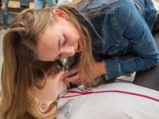 Adrenaline gaat stromen bij reanimatielessen op Groevenbeek in Putten: 'al is het maar een pop'