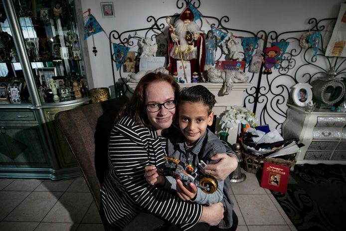 Mandy Klinckenberg en haar zoon Angel met zijn Lego-auto. Klinckenberg heeft het niet breed en krijgt daarom van het Nationaal Fonds Kinderhulp bonnen waarmee ze Sinterklaascadeautjes kan kopen.