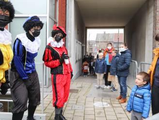 Zwarte Pieten delen coronaproof snoepjes en geschenken uit in Brakel