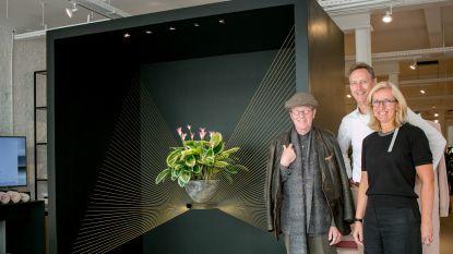 """""""Iedereen kijkt naar onze etalage"""": Slaapgoed Verlinden heeft eyecatcher in huis met werk van bloemkunstenaar Daniël Ost"""