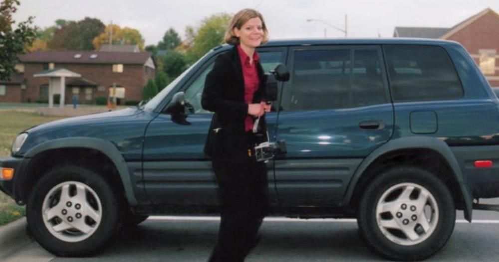 Teresa Halbach bij haar auto.