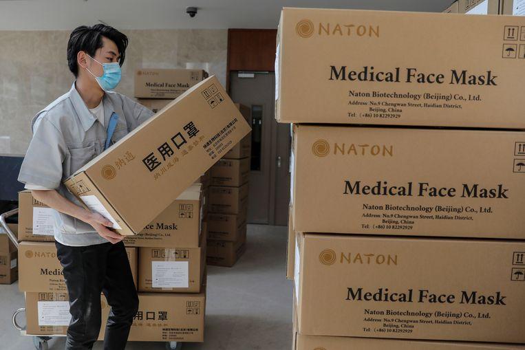 Magazijn van een mondkapjesfabriek in de Chinese hoofdstad Beijing. Beeld EPA