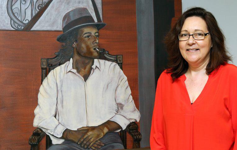 Lesley De Ridder bij een portret van de overleden schilder Bruno Vekemans.
