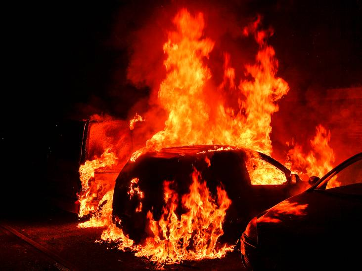 Twee auto's uitgebrand in Dommelen, buurtbewoners voorkomen schade aan ander voertuig