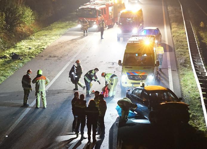 Hulpdiensten ter plaatse, met rechts één van de betrokken voertuigen.