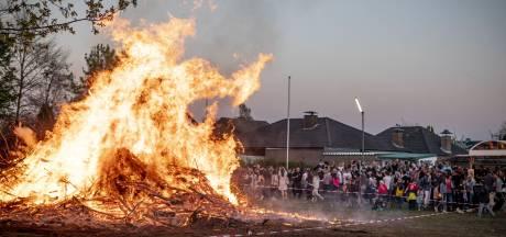 Paar kilometer over de grens bij Enschede brandt het paasvuur midden in de woonwijk