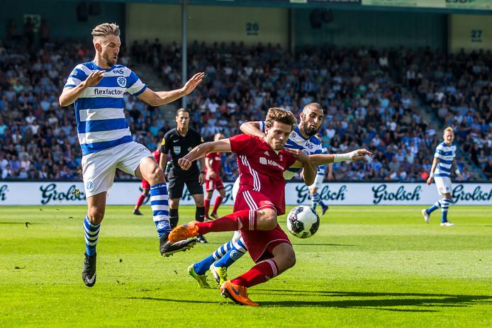Javier Vet (rood tenue) in actie tijdens het promotieduel van De Graafschap tegen Almere City FC.