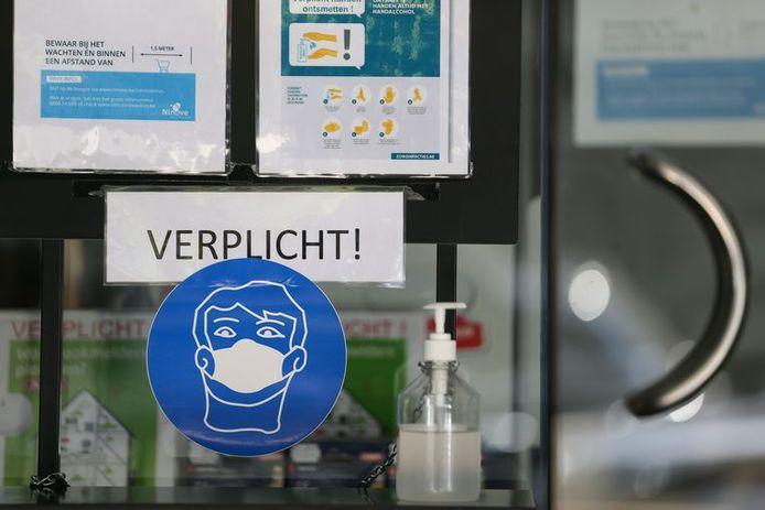 Illustration. Les masques, obligatoires dans les magasins depuis samedi, devraient contribuer à limiter la transmission du virus.