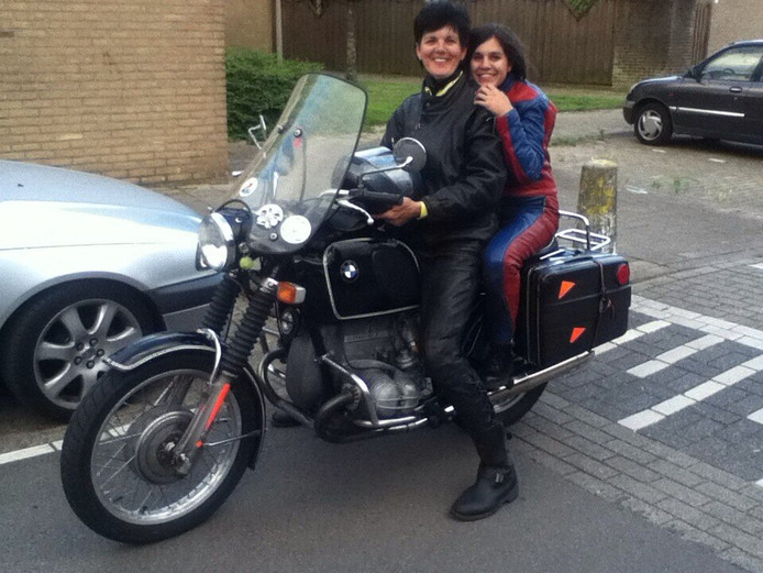 Monika en Vareen Rook staan klaar voor weer een motortocht
