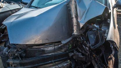 N42 anderhalf uur afgesloten na zwaar ongeval: 2 personen gewond afgevoerd naar ziekenhuis