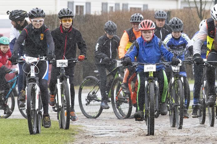 Fietstourclub CC'75 houdt voor het eerst een For Kids Only tocht. De start was in de stromende regen.