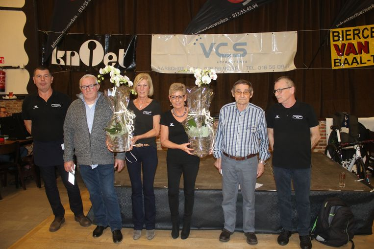 Marcel Van Loo (tweede van rechts) stopt ermee na 34 jaar bestuurslid te zijn geweest bij Hand in Hand Baal