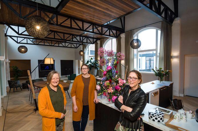 Wilma Ouwens, Ljiljana Hemmink en Els Vos (vanaf links) van Eminent Wonen & Zorg in de vroegere gymzaal, die is verbouwd tot centrale ontmoetingsruimte.