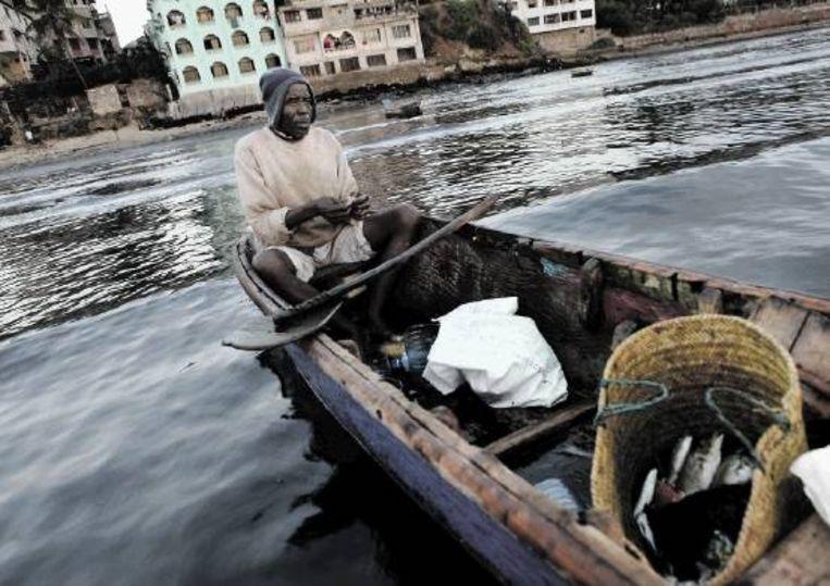 Naast longliners en schepen met enorme trechtervormige netten, zijn er trawlers actief, die op krab en garnalen vissen. De kleine visser merkt de gevolgen. (FOTO JAN-JOSEPH STOK) Beeld