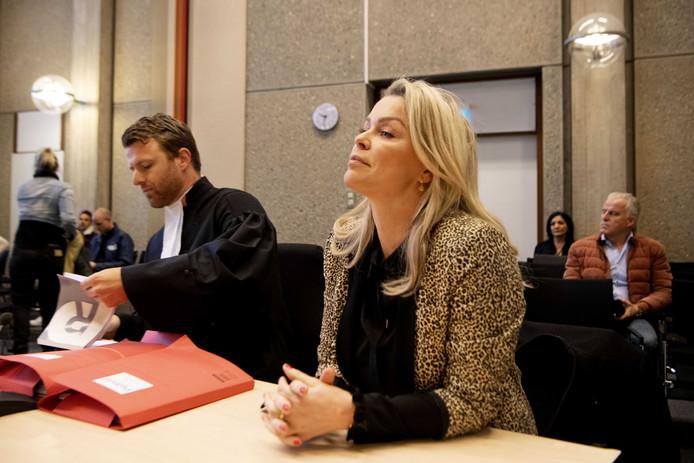 2019-12-12 09:29:26 AMSTERDAM - Bridget Maasland met haar advocaat Royce de Vries in de rechtbank. De presentatrice spant een kort geding aan tegen Prive, omdat het weekblad volgens Maasland onjuistheden over haar priveleven heeft gepubliceerd. ANP KIPPA OLAF KRAAK