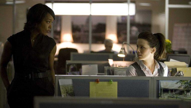 Angela Bassett (l) en Kate Beckinsale in Nothing But The Truth. Beeld