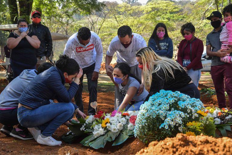 Een familie rouwt om het overlijden door Covid-19 van een geliefde in Sao Paolo, Brazilië.