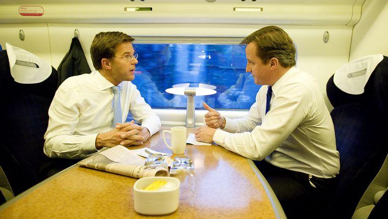 Minister-president Mark Rutte (L) in gesprek met zijn Britse ambtgenoot David Cameron (R) tijdens de treinreis van Birmingham naar Londen, 14 november 2011. Beeld ANP