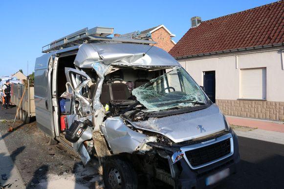 De bestelwagen knalde tegen een geparkeerde vrachtwagen.