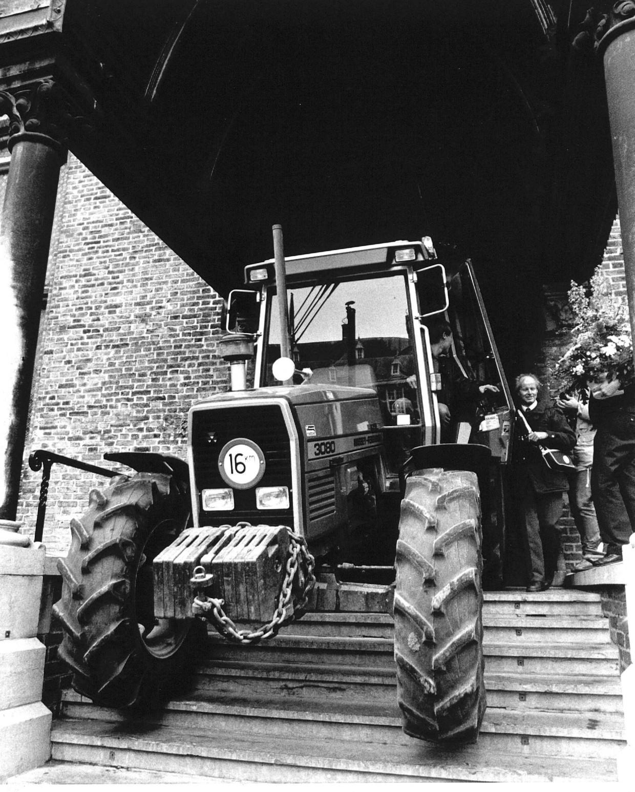 Een demonstrerende akkerbouwer trekt zich bij een protest in 1990 niets aan van een parkeerverbod op het Haagse Binnenhof en parkeert zijn trekker op de trappen van de Ridderzaal. Beeld ANP