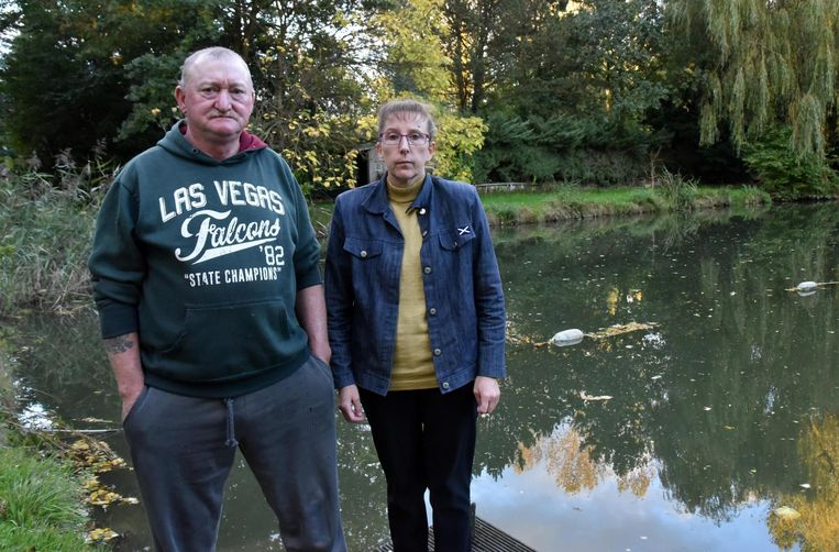 Ronald en Diane bij de visvijver waar vandalen hebben toegeslagen.