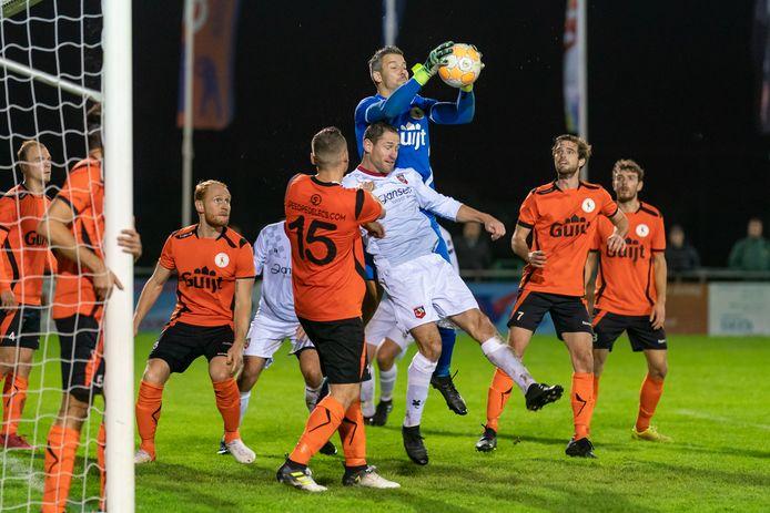 Doelman Jeroen Wels van De Bataven heerst in in de derby met SC Bemmel (0-0).