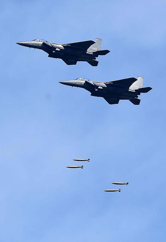 Zuid-Koreaanse F-15's voeren direct na de de Noord-Koreaanse test trainingsbombardementen uit op oefendoelen langs de grens.