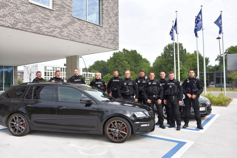 Het Snelle Respons Team van de politie Westkust, in een nieuw uniform bij de anonieme wagen.