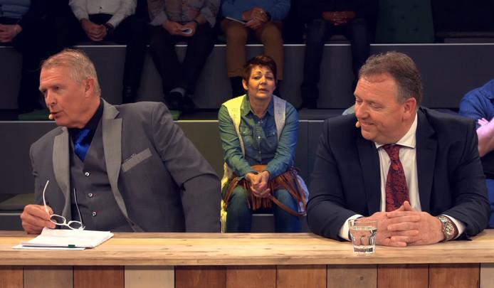 PVV-lijsttrekker Jan Willem Elferink (links) en Erwin Versteeg bij een debat voor de gemeenteraadsverkiezingen in het Balengebouw in Enschede.