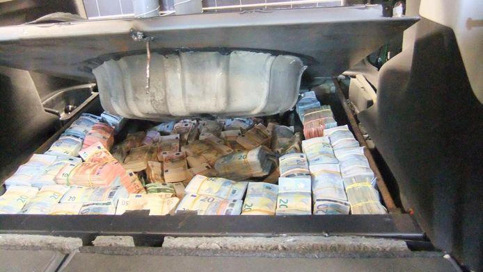 In een verborgen ruimte, die alleen kon worden opengemaakt als de achterbank naar voren was geklapt, vond de politie in 2017 1,4 miljoen euro cash.