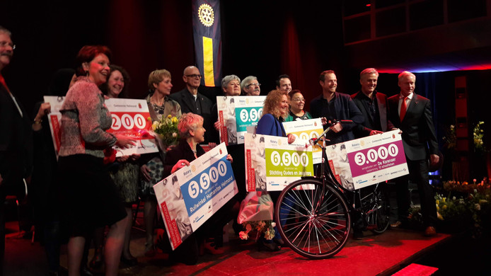Na afloop van het Nieuwjaarsconcert in Helmond poseren de goede doelen met de ontvangen cheques.