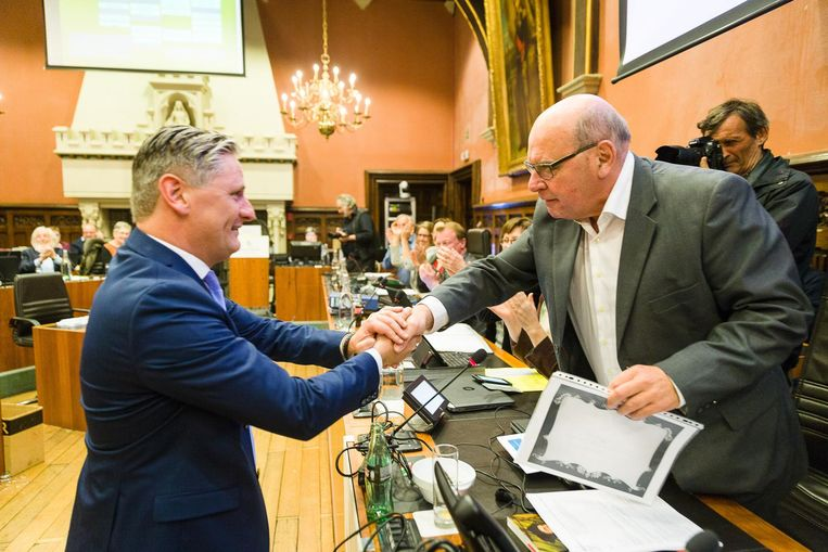 Carl De Decker schudt burgemeester Termont de hand na zijn eedaflegging.