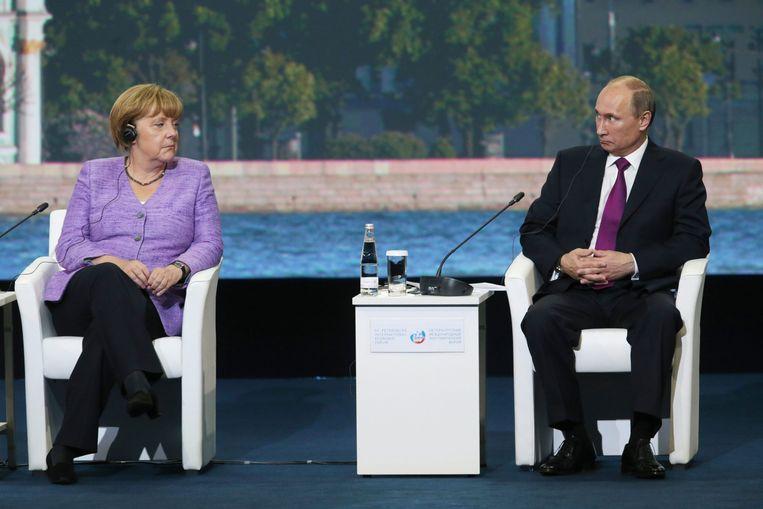 Merkel en Poetin tijdens een vergadering in St. Petersburg in juni 2013. Beeld epa